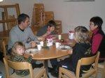 69.jpg - <p>Lena Carstedt med sonen Ulf och de tre barnbarnen <br /> lät sig väl smaka av den mustiga älgsoppan.<br /> <em>Foto: Elvy Viktorsson</em></p>