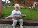 85.jpg - <div>Olivias första Grundforsfisk! Först hjälpte Olivia morfar Stig att fiska upp öringen vid utloppet. 10 minuters kamp blev för lång för en 2,5 åring, så stenkastning ersatte fisket en stund....</div> <div></div> <div><em>Foto: Daniel Lundquist</em></div> <p></p>