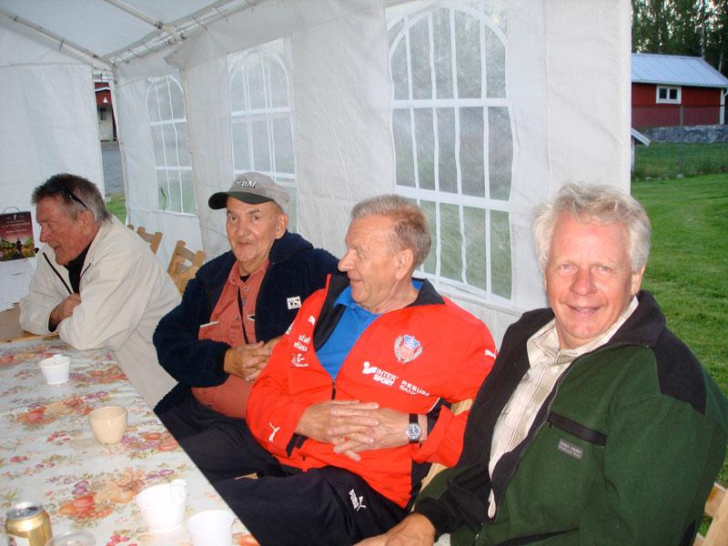 Tommy med festfolk .jpg - <p>Jönssons uppskattade sommarfest!<br /> <em>Foto: Marina Nyman</em></p>